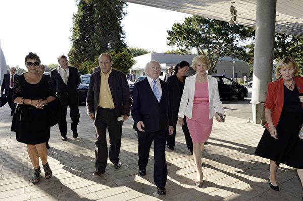 2014年8月3日,愛爾蘭總統邁克爾·希金斯(中)、他的夫人薩賓娜柯尼·希金斯(右二)和法國國防部長讓-伊夫·勒Drian(左4)出席凱爾特音樂節。(MIGUEL MEDINA/AFP)