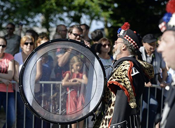 凱爾特音樂節8月3日在法國洛里昂熱鬧舉行。圖為化裝遊行。(MIGUEL MEDINA/AFP)