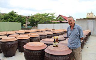 林坤生说,豆油哥仔每一滴酱油都是手工100%纯酿原味,是利用阳光与自然空气发酵,天然酿造180天,采用传统纯酿造工法(静置发酵),在新港的艳阳下,经过陶缸封酿,酿造出传统好味道。(李撷璎/大纪元)