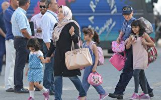 利比亚冲突造成至少22人遇害后,外籍人士今天加快脚步撤离利比亚。(MATTHEW MIRABELLI/AFP)