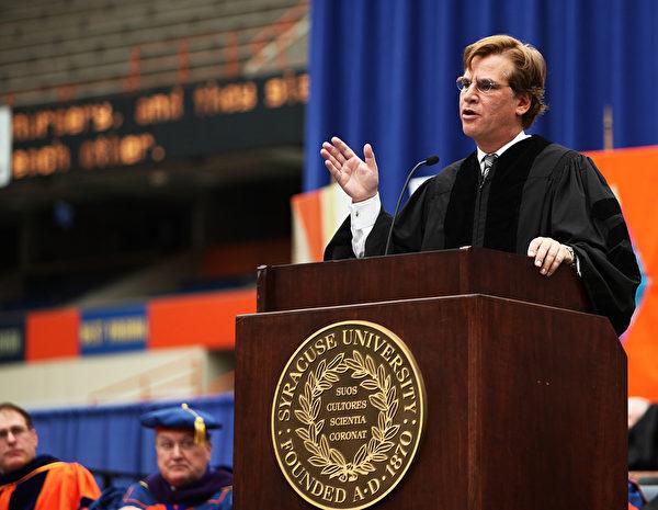 著名编剧阿伦•索尔金在母校雪城大学的毕业典礼上演讲。(Nate Shron/Getty Images)