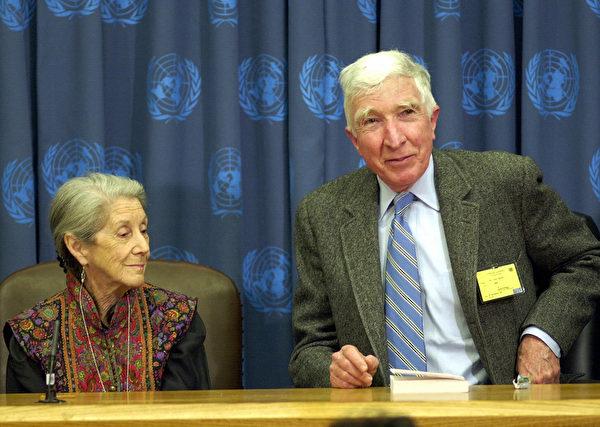 美國著名當代作家、普立兹獎得主厄普戴克(右)於1954年畢業於哈佛大學,曾任《哈佛諷刺家》(The Harvard Lampoon)雜誌社長。(MANDEL NGAN/AFP/Getty Images)