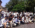 環保團體地球公民基金會6日赴行政院抗議,執行長李根政與現場民眾在為高雄氣爆亡者默哀。(莊麗存/大紀元)