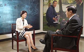 美國華裔神探李昌鈺(右)作客新唐人電視臺《方菲時間》和主持人方菲(左)交談。(大紀元圖片)