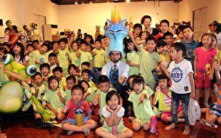 文化局局长侯嘉政(中)戴上偶戏帽与参观的小朋友合照。(嘉义市政府提供)