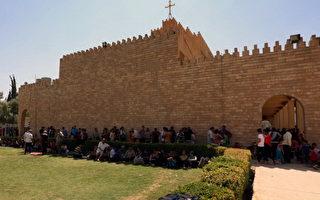 叛軍占領位於尼尼微省北部的最大基督教小鎮拉克拉斯(Qaraqush)後,四分之一基督徒出逃。圖為基督徒8月7日抵達庫爾德區艾比爾的聖若瑟教堂。(SAFIN HAMED/AFP/Getty Images)