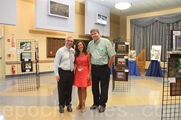 8月7日,帕克中心的公司推廣和發展總監Lina Scacco(中)與紐約領先時代」會員服務項目協調人Earl Gifford(右)等人合影。(王依瀾/大紀元)