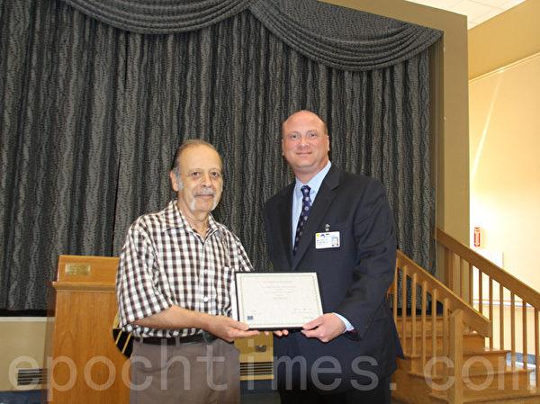 8月7日,帕克日間成人護理中心的總裁麥克·羅森布拉特Michael Rosenblut(右)與獲獎老人合影。(王依瀾/大紀元)