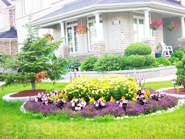 街头房给这家人家以多的空间利用,在大花池里种满了鲜花。房边上还垒了花池,房檐上挂了吊花,是街头一个美丽的风景。(李文笛 /大纪元)