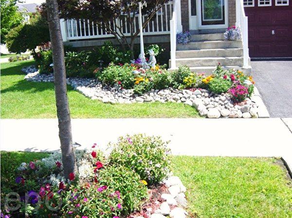 这是上述街头房的正面照。所有花池都用鹅卵石围起来,很有特色。(李文笛 /大纪元)