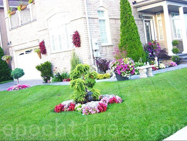 这是我所见到的最气派的街头房,这家二楼护栏上有盆花,墙上有挂花,树边上有花池,各方向都种满了花,花的分佈错落有致,形成一个整体风格。漂亮中有几分气派。(李文笛 /大纪元)