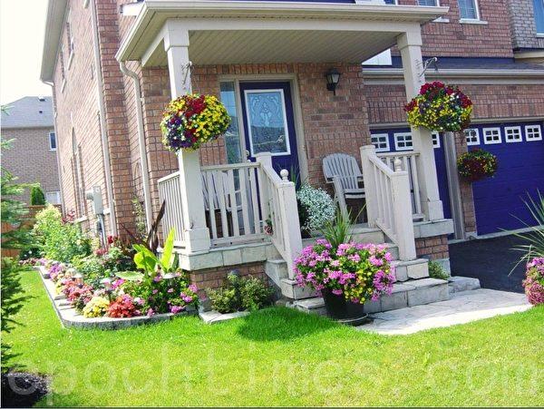 这家街头房的房主把房跟前种了一圈漂亮的花,门口、车库还挂了吊花,草坪修剪得平平整整,给人以清新、漂亮、整洁的感觉。(李文笛 /大纪元)