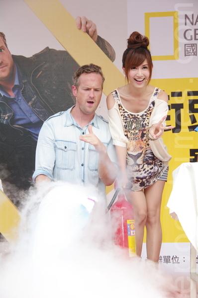 主持人提姆蕭、翁滋蔓在台北參與舉辦大型街頭科學實驗秀。利用二氧化碳滅火器製造乾冰。(黃宗茂/大紀元)