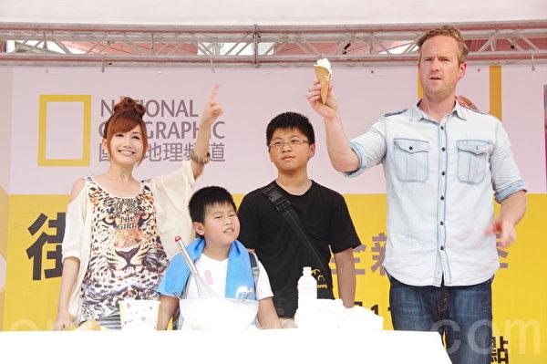 主持人提姆蕭、翁滋蔓利用二氧化碳滅火器製造乾冰作冰淇淋。(黃宗茂/大紀元)