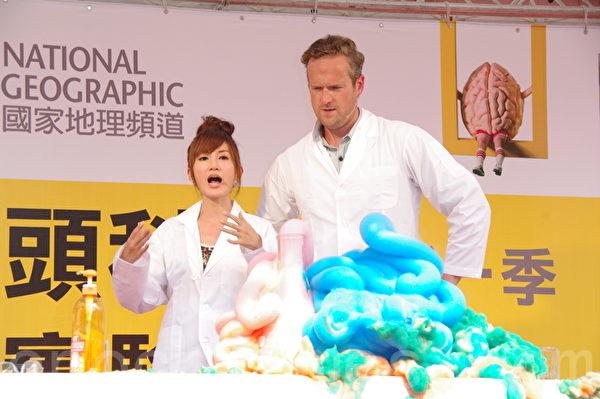 主持人提姆蕭、翁滋蔓於2014年8月9日在台北參與舉辦大型街頭科學實驗秀。利用雙氧水和碘化鉀製造驚人視覺效果。(黃宗茂/大紀元)