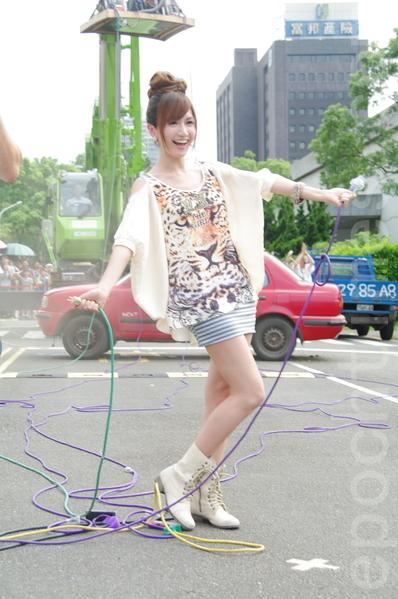 翁滋蔓於2014年8月9日在台北參與舉辦大型街頭科學實驗秀。在切斷吸塵器電源後,瞬間整部汽車從空中掉落。(黃宗茂/大紀元)