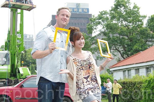 主持人提姆蕭、翁滋蔓於2014年8月9日在台北參與舉辦大型街頭科學實驗秀。(黃宗茂/大紀元)