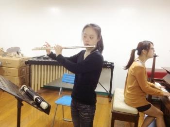蕙泽吹长笛的姿势越来越自在。(建传音乐教室提供)