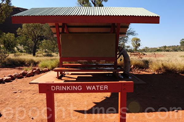 专为游客设的饮水桶(简玬/大纪元)
