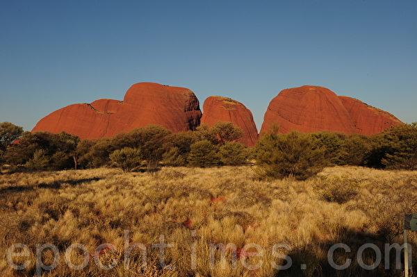 卡塔尤塔是由一组36块圆顶砾岩组成的石群(简玬/大纪元)
