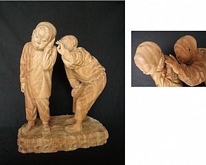 """台湾""""2014年全国美术展""""铜牌的得奖作品〈画面〉。丁宗华将半世纪前孩童简单的游戏刻在樟木上,樟木香里飘荡著两个小孩不同的心情。(丁宗华提供)"""