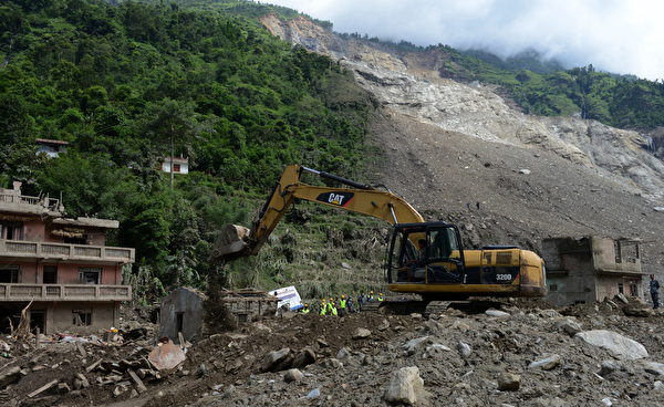 8月2日早晨,位於尼泊爾中北部山區的辛杜帕爾喬克縣發生嚴重泥石流災害,4個村莊幾乎全部被掩埋。(AFP)