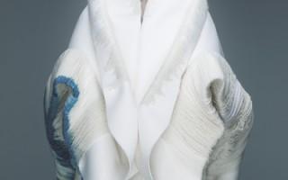 阿妹在大热天穿厚重大衣拍《偏执面》MV,直喊像披地毯在身上一样热。(声动娱乐提供)