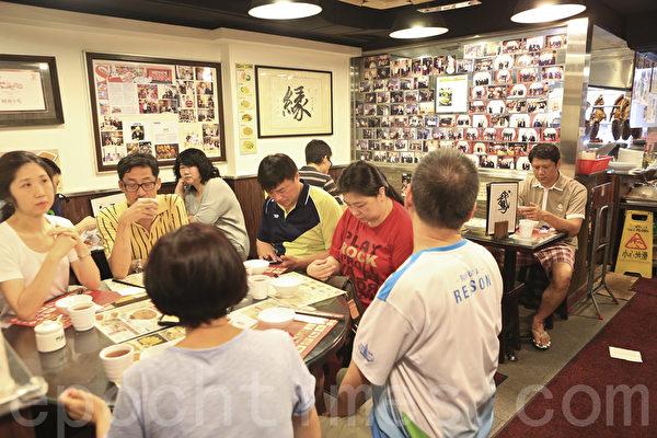 著名米芝莲食府阿鸿小吃位于北角的总店将于8月31日结业,店内食客满座。(余钢/大纪元)