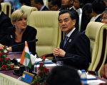 8月9日深夜,正在緬甸出席東盟加四國外長會議的日本外相岸田文雄與中共外長王毅(右)舉行了會談。(SOE THAN WIN/AFP)