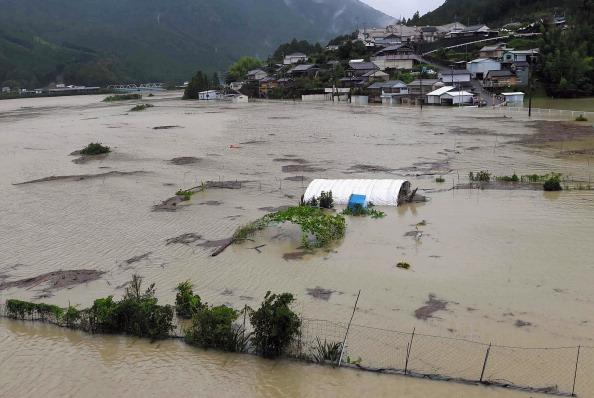 2014年8月10日,遭強颱夏浪襲擊,日本歌山縣新宮市Kumanogawa河流氾濫,遭洪水淹沒的稻田。(朝日新聞/Getty Images)