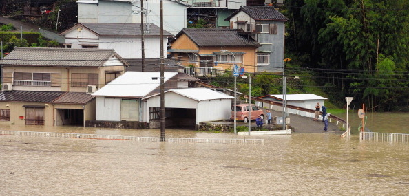 2014年8月10日,遭夏浪強颱襲擊,日本歌山縣新宮市Kumanogawa河流氾濫情形。(朝日新聞/Getty Images)
