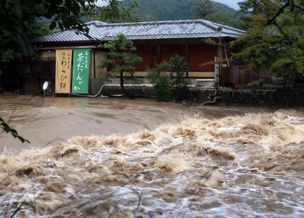 2014年8月10日,在日本京都一家店前的滾滾洪水。(JIJI PRESS/AFP/Getty Images)