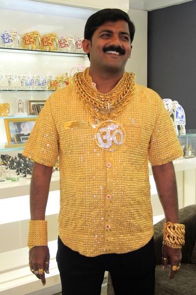 2013年,印度商人达塔(Datta Phuge)花费1,270万印度卢比(24万美元),使用14,000块22克拉黄金,15个工匠费时16天制作的黄金衬衫,重达3.32公斤,被载入吉尼斯世界纪录。(STRDEL/AFP/Getty Images)