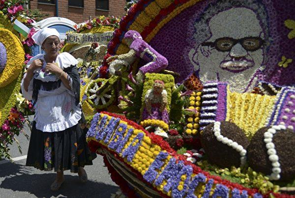 2014年8月10日,哥伦比亚鲜花节游行,花盘图案描绘已故的哥伦比亚作家加夫列尔·加西亚·马尔克斯。(Raul ARBOLEDA/AFP)