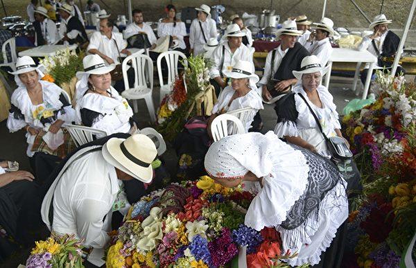 2014年8月10日,哥伦比亚鲜花节游行,花盘图案描绘哥伦比亚国家足球队球员詹姆斯·罗德里格。(Raul ARBOLEDA/AFP)