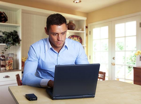 以電腦繕打文稿的人,可以改變螢幕背景或改變字體顏色,讓自己對文章比較陌生,有助找到自己的錯別字。(圖/Fotolia)