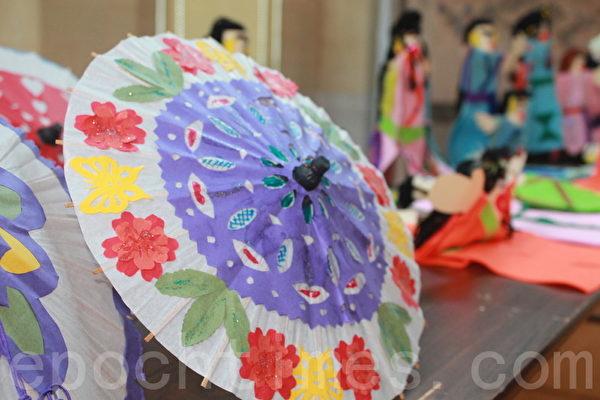 大華府2014海外民俗文化種子教師培訓班結業成果展,老師們表演紙傘舞的道具-紙傘。(攝影:何伊/大紀元)