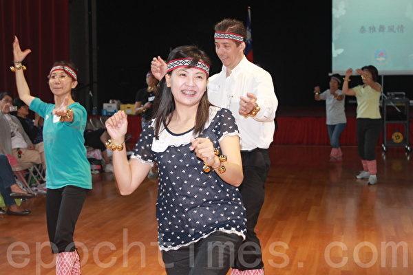 華府華僑文教服務中心於8月1日至3日舉辦「2014年海外民俗文化種子教師培訓班」。結業典禮上,他們表演了泰雅族舞蹈。(攝影:何伊/大紀元)