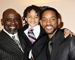 2007年克里斯•加德纳(左)与根据他亲身经历拍摄的影片《当幸福来敲门时》男主角威尔•史密斯及其儿子贾登(中)合影。(Claire Greenway/Getty Images)
