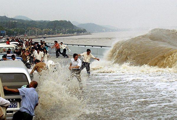 2003年9月29日,中國浙江省錢塘潮。(AFP)