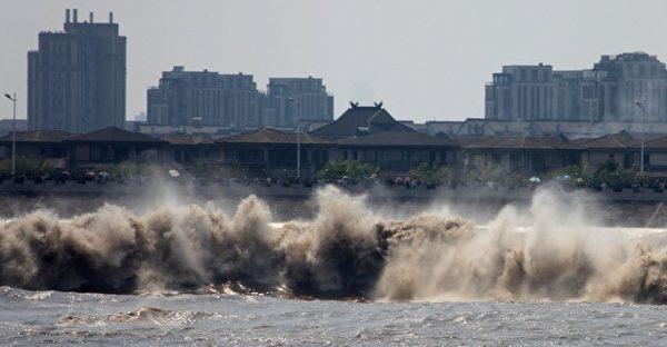 2012年10月3日,中國浙江省錢塘潮。(AFP)