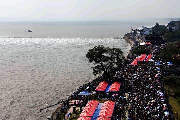 2012年10月3日,圖片顯示在錢塘江海寧鹽官即將到來的浪潮。 (AFP)