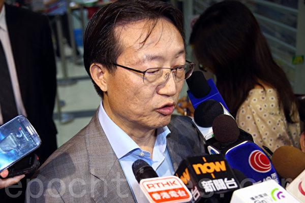 代表9千多名事务律师的香港律师会8月14日晚历史性通过三项动议,包括向发表亲共言论的律师会会长林新强表达不信任和要求林撤回支持中共国新办白皮书的言论,以及律师会重申就《白皮书》提回应,重申捍卫司法独立,林新强动议后被问到是否会就此辞职,没有正面回应。(潘在殊/大纪元)