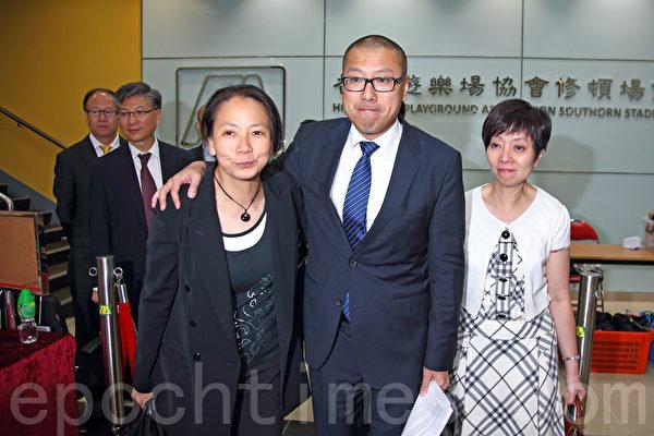 代表9千多名事务律师的香港律师会8月14日晚历史性通过三项动议,包括向发表亲共言论的律师会会长林新强表达不信任和要求林撤回支持中共国新办白皮书的言论,以及律师会重申就《白皮书》提回应,重申捍卫司法独立,图为提出三个动议的任建峰(中)三人小组。(潘在殊/大纪元)