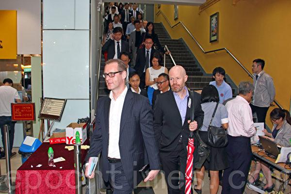 代表9千多名事务律师的香港律师会8月14日晚历史性通过三项动议,包括向发表亲共言论的律师会会长林新强表达不信任和要求林撤回支持中共国新办白皮书的言论,以及律师会重申就《白皮书》提回应,重申捍卫司法独立。(蔡雯文/大纪元)