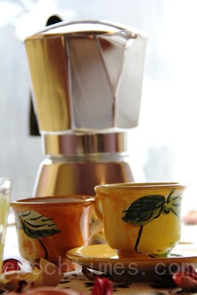 使用摩卡壶Moka pot煮咖啡(ALEX/大纪元)