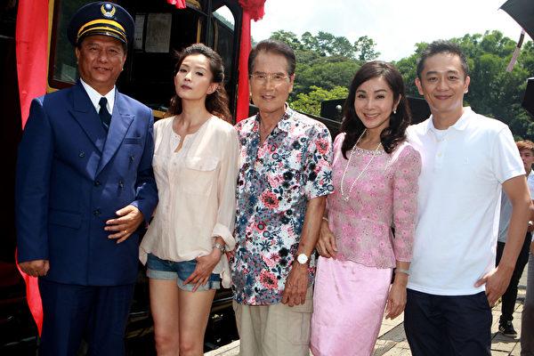 马如风(左起)、叶全真、石英、陈美凤、陈昭荣等一线演员均到场。(民视提供)