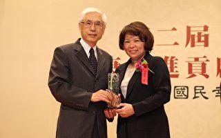 卫生福利部政务次长林奏延(左)与嘉义市长黄敏惠合照。(嘉义市政府提供)