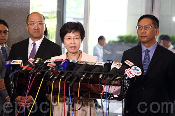 在香港政府的安排下,民主党8月15日与中联办主任张晓明在政府总部会面,政务司司长林郑月娥(中)形容双方会面气氛良好。(潘在殊/大纪元)