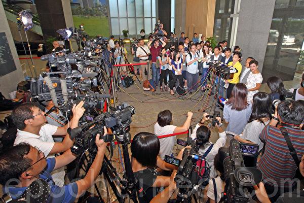 """在香港政府的安排下,民主党8月15日与中联办主任张晓明在政府总部会面,民主党会后表示,如果没有真普选必定参与""""占中""""。(潘在殊/大纪元)"""